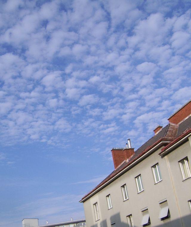 chemtrails-sehr-fein-blauer-himmel-mit-schleier-u-flockigen woelkchen-wien-am-30-9-2014