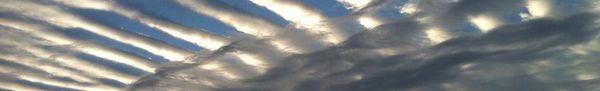 streifen und schwarze wolken